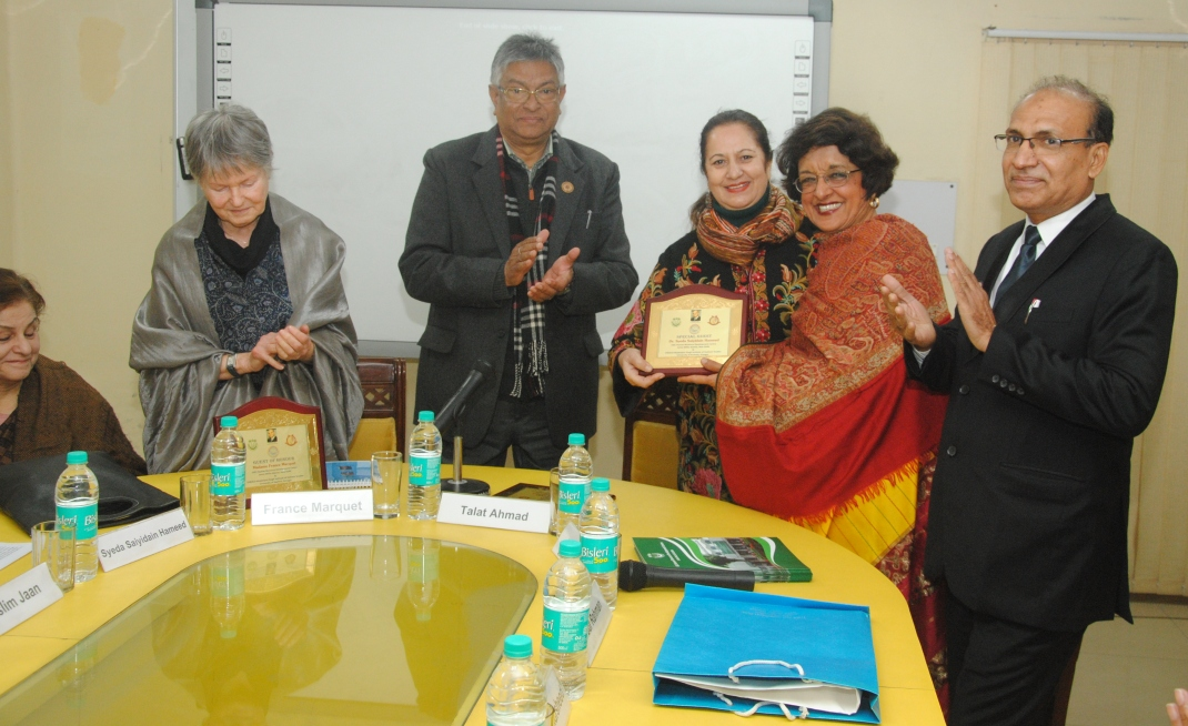 Dr. Anisur Rahman Presenting momento to Prof Veena Sikri, SAF-India Vice Chairperson