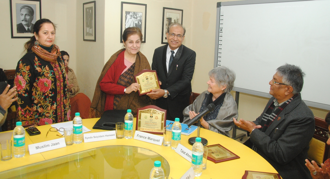 Dr. Anisur Rahman presenting Momento to Dr Syeda Hameed